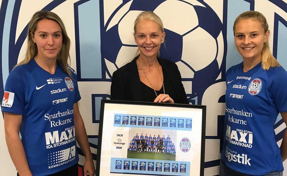 Faskunge Fsatigheters VD Ankie Bandstigen, flankerad av spelarna Felicia Rogic och Amanda Nildén från Eskilstuna United DFF.